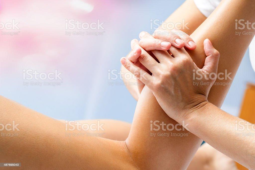 Weibliche Hände Massage der Muskeln Wade. – Foto