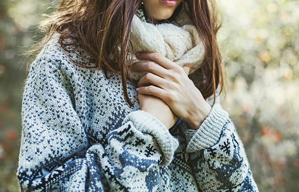Weibliche Hände über dem Pullover (weicher Fokus) – Foto