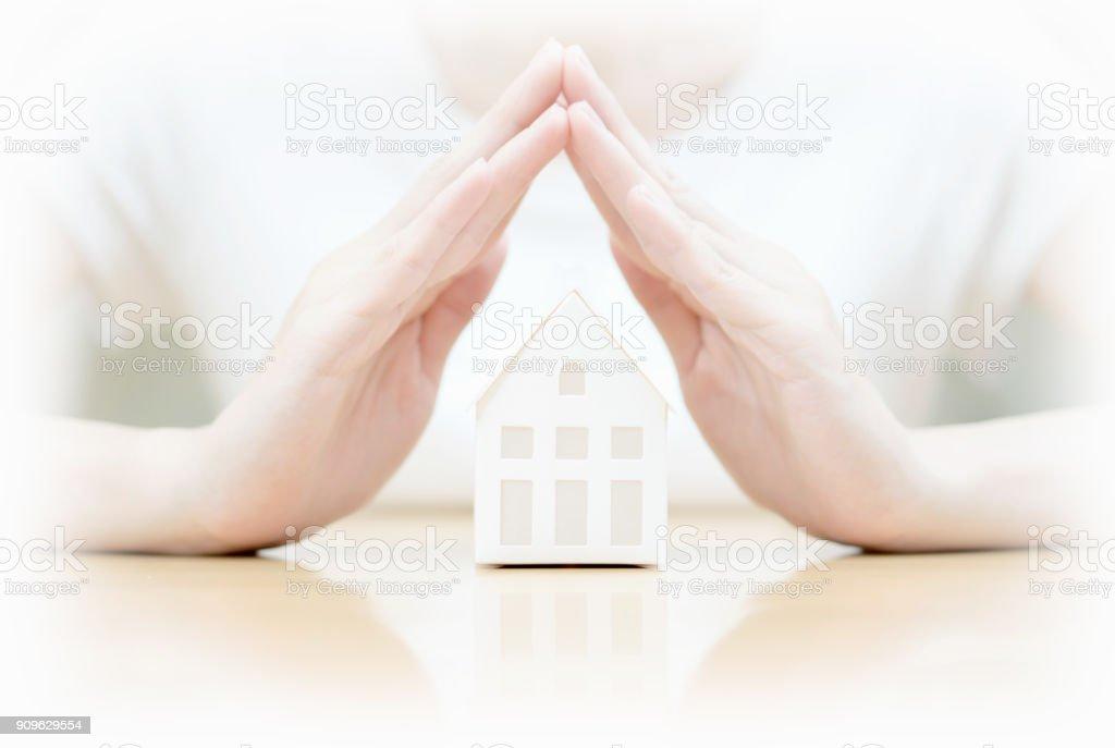 Weibliche Hände Miniaturhaus speichern – Foto