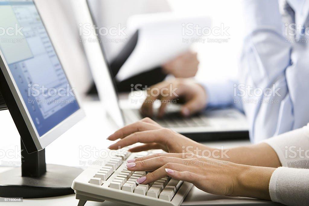 Mujer manos escribiendo - foto de stock
