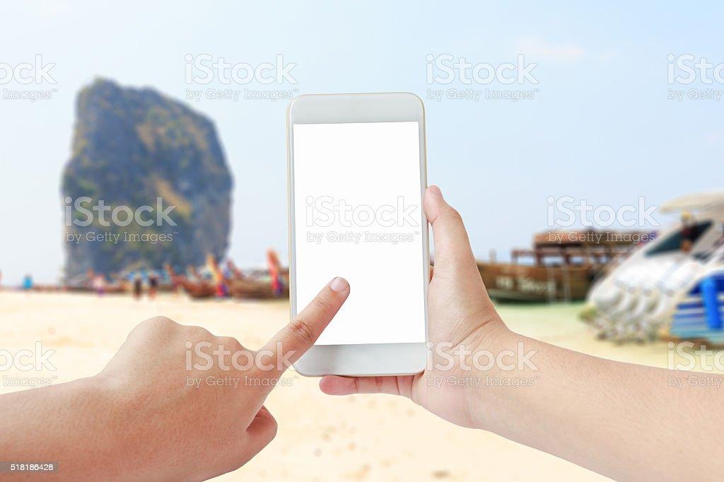 Femmina Mani Utilizzando Cellulare Sulla Spiaggia Sfondo Sfocato