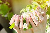 アップル ツリー花と女性の手はマニキュアします。クローズ アップ
