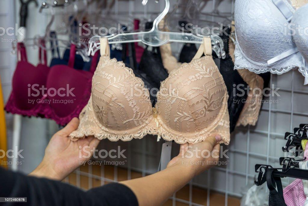 more photos c791d b8069 Weibliche Hände Mit Beige Bh Im Unterwäsche Shop Stockfoto ...