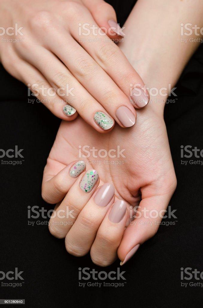 Manos De Mujer Con Diseño De Uñas Glitter Color Beige Foto