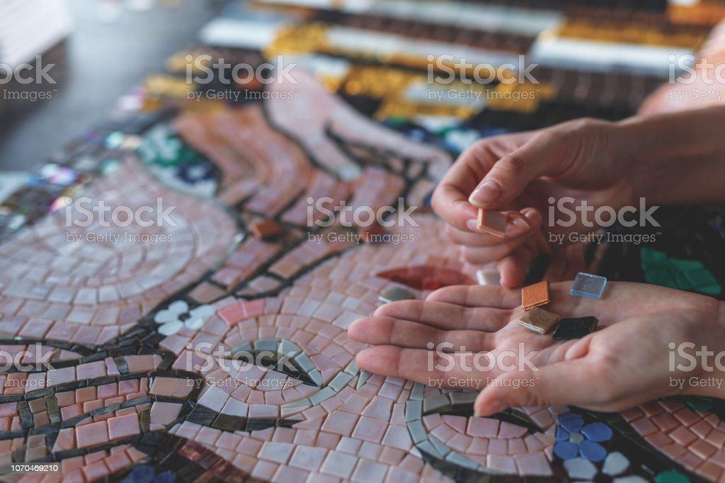 女性手與馬賽克 - 免版稅人圖庫照片