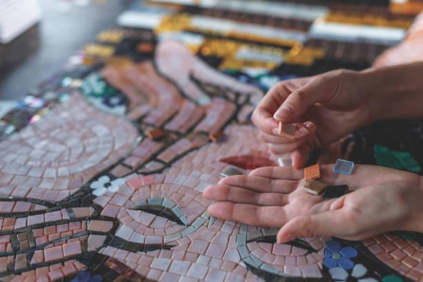 mains féminines avec mosaïque - mosaïque photos et images de collection