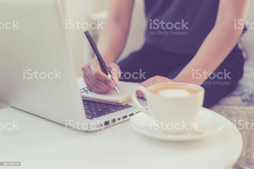 female 손을 펜 필기를 노트북의 - 로열티 프리 경영자 스톡 사진