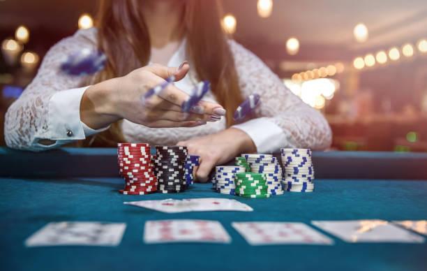 kvinnliga händer med spelkort och poker marker - black jack bildbanksfoton och bilder