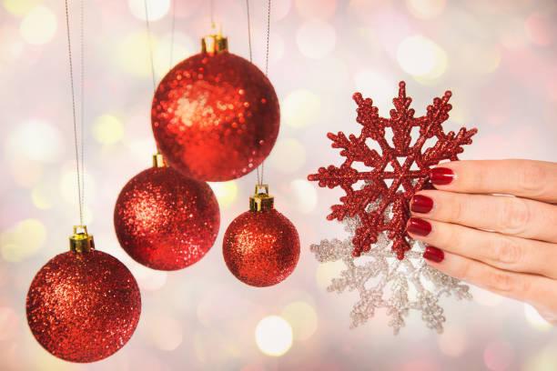 weibliche hände mit professionellen feiertag rote und silberne maniküre - nageldesign weihnachten stock-fotos und bilder