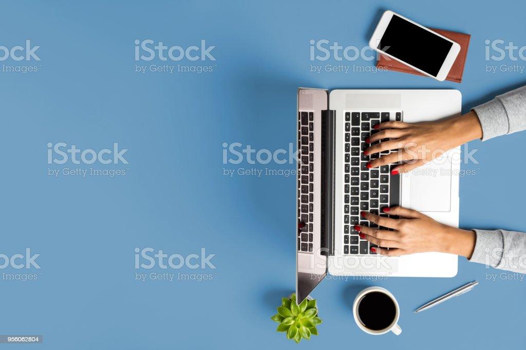 Weibliche Hände arbeiten an modernen Laptop. Betriebswirtschaftlicher Hintergrund – Foto