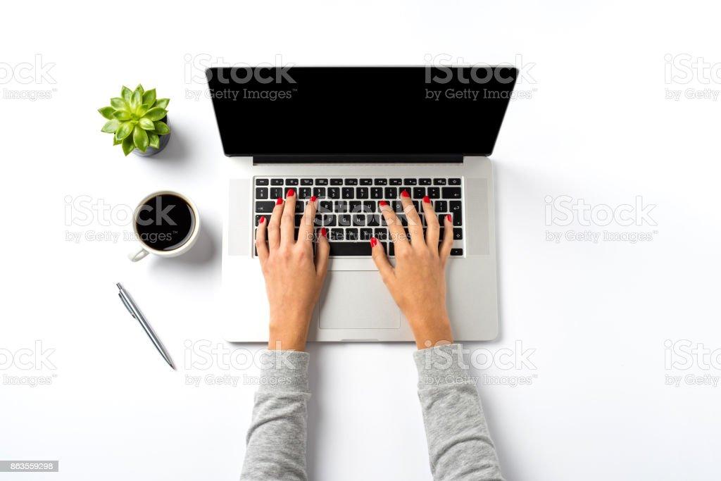 Weibliche Hände arbeiten an modernen Laptop. Büro-Desktop auf weißem Hintergrund – Foto