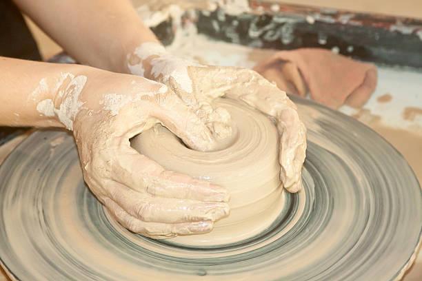 女性手にして陶芸用ろくろ ストックフォト