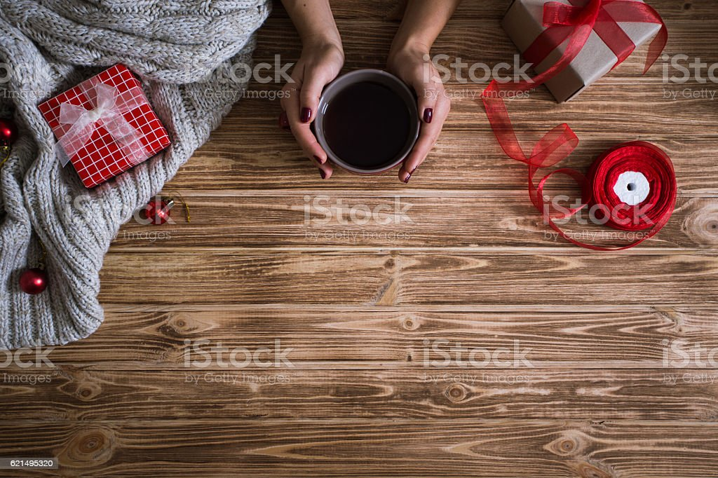 Female hands wrapping Christmas presents in paper Lizenzfreies stock-foto