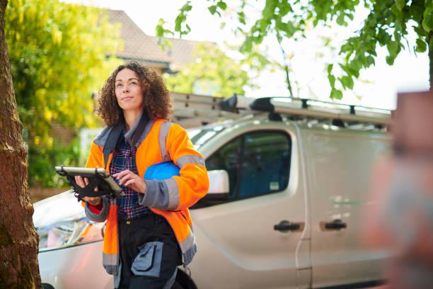 heizungsingenieurin kommt zur arbeit - nutzfahrzeug stock-fotos und bilder