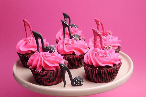 weibliche high heel schuh ist pink und schwarz cupcakes - brautparty kuchen stock-fotos und bilder