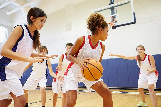 female high school basketball team playing game - 少女 個照片及圖片檔