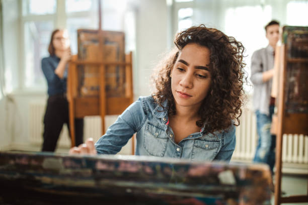 studentin der high school malt auf einer klasse im kunstatelier. - high school bilder stock-fotos und bilder