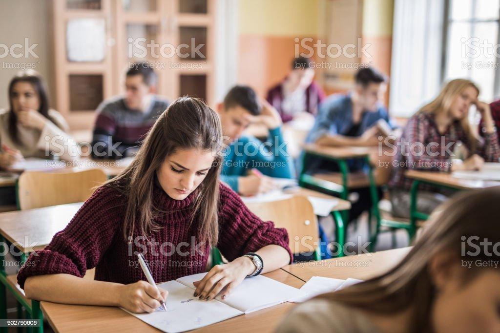 Weibliche High-School-Schüler schreiben einen Test im Klassenzimmer. – Foto