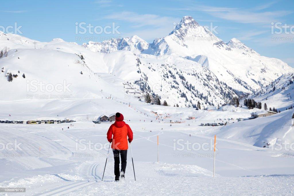 Weibliche Wanderer in Winterbergen – Foto
