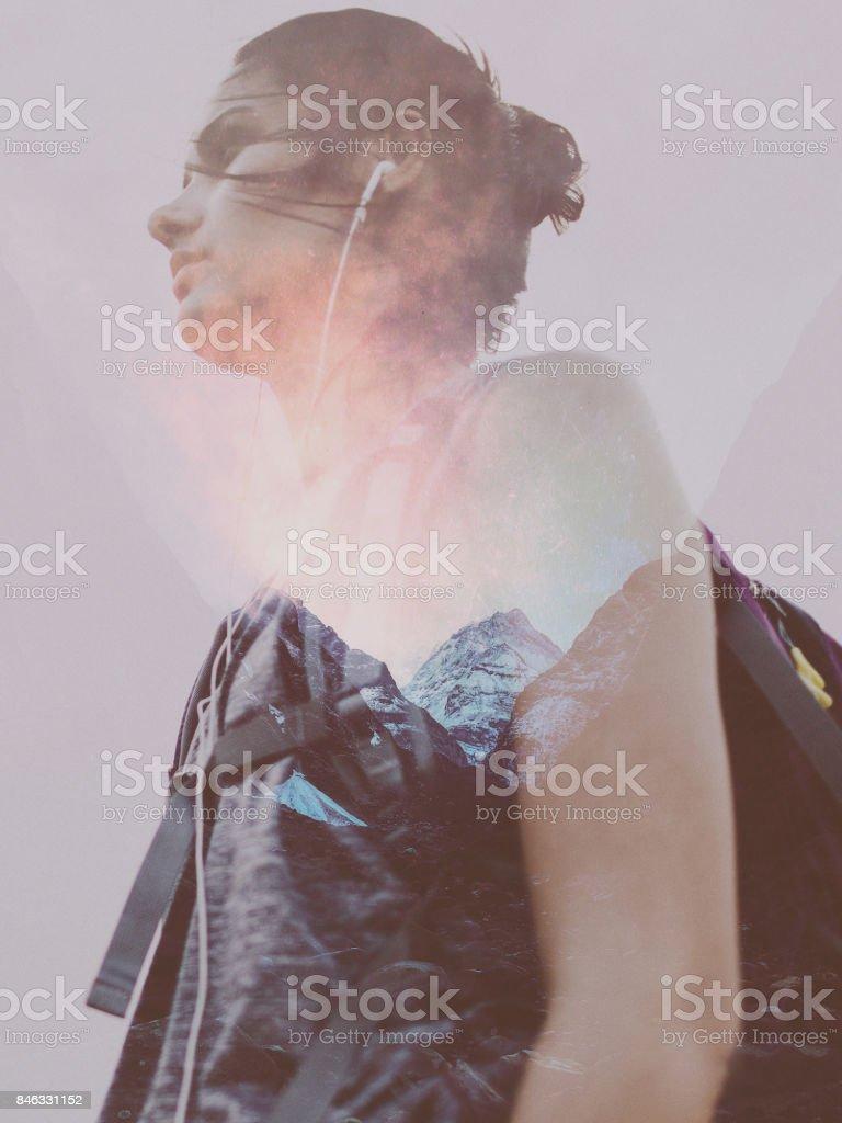 Weibliche Wanderer auf der Suche nach einem Abenteuer – Foto