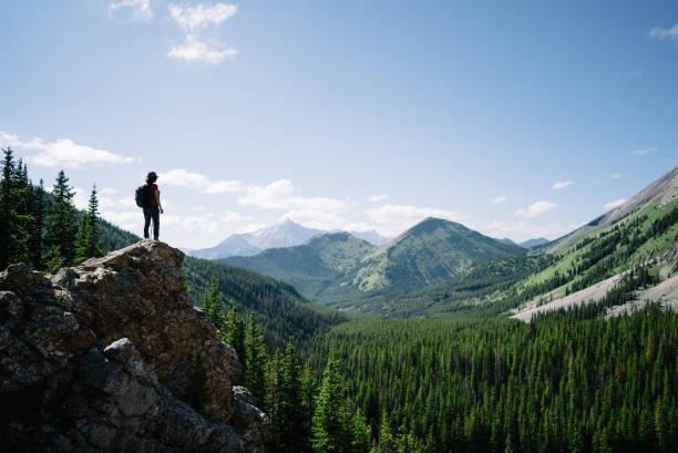 모험을 하는 여성 등산객이 산의 플랫폼에 서 있습니다. - mountain top 뉴스 사진 이미지