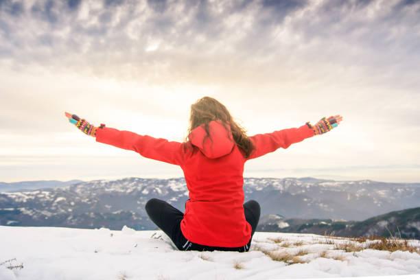 weibliche wanderer auf schnee bedeckt berggipfel - damenjacken stock-fotos und bilder