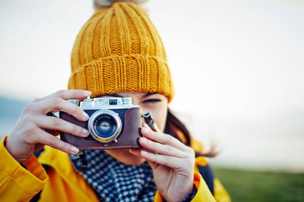 Weibliche Wanderer mit Vintage-Kamera gegen Himmel fotografieren – Foto