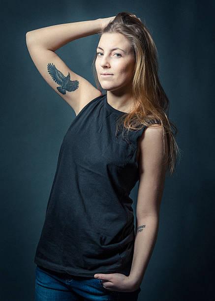 weibliche hipster mit tattoo auf dem arm - tattoos frauen arm stock-fotos und bilder