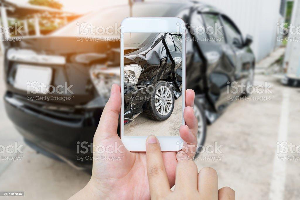 vrouw houd mobiele smartphone fotograferen van auto-ongeluk foto