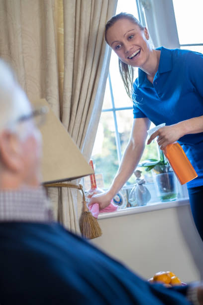 Weibliche Haus hilfe Reinigungshaus für Senior Man – Foto