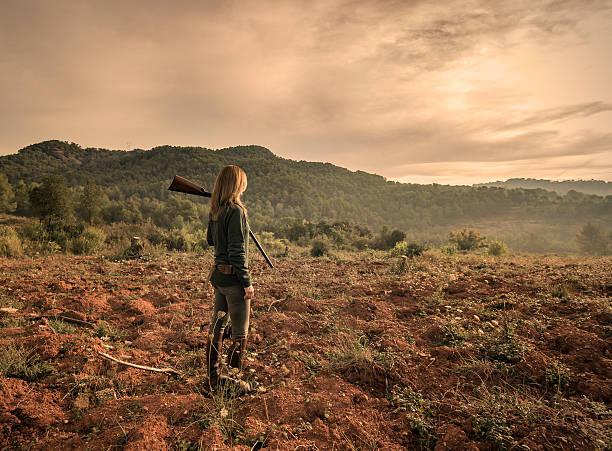 femme chasseur - chasseur photos et images de collection