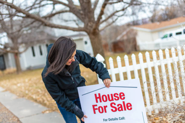 weibchen im gehäuse bereich wohnhaus zum verkauf in amerika - immobilienangebote stock-fotos und bilder