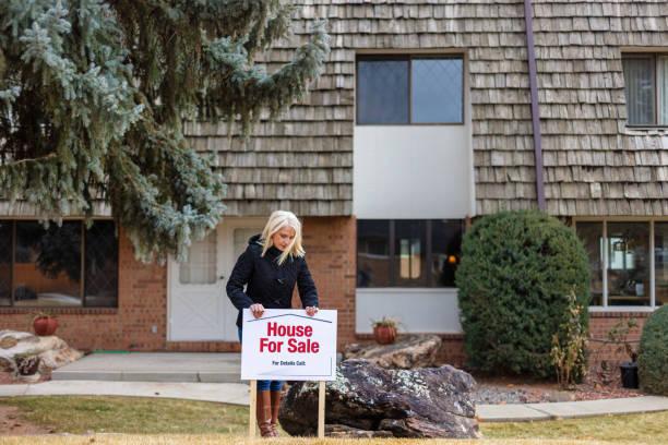 weibchen in townhome bereich wohnhaus zum verkauf in amerika - immobilienangebote stock-fotos und bilder