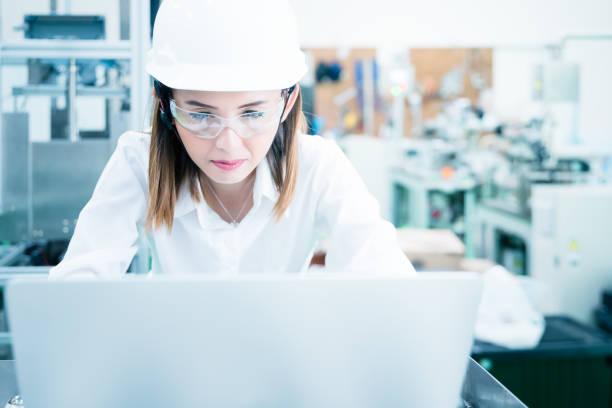 Weibliche Wirtschaftsingenieur nutzt Laptop. – Foto