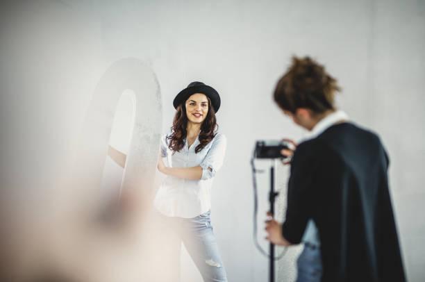 el influencer femenino vlogging en un estudio - video modelo fotografías e imágenes de stock