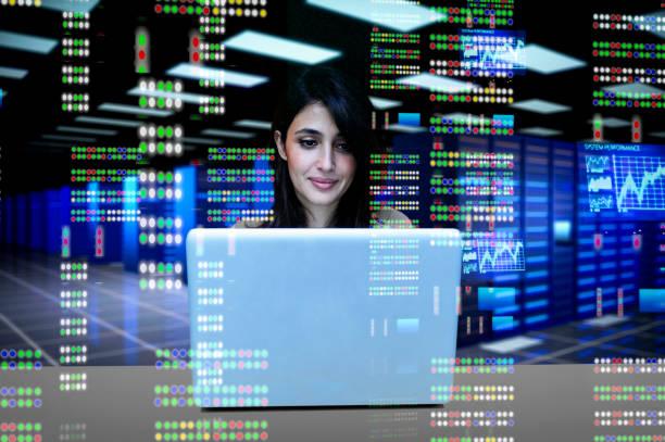 Weibliche IT-Ingenieurin im Rechenzentrum – Foto