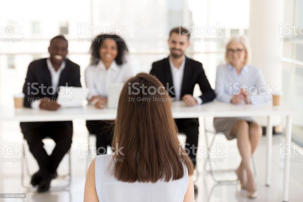 Weibliche Bewerber machen guten ersten Eindruck auf HR Manager – Foto
