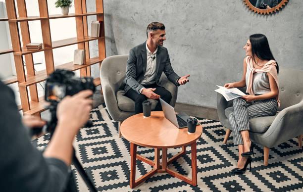 journaliste féminin interviewant l'homme d'affaires - interview photos et images de collection