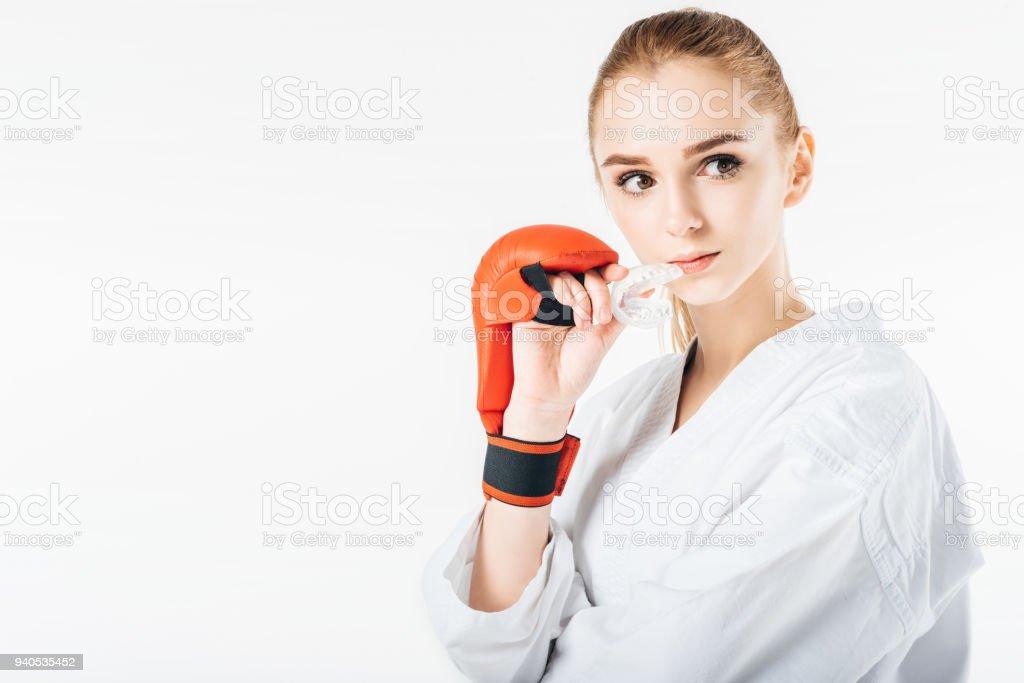 weibliche Karate-Kämpfer, Mundschutz und auf der Suche nach auf weiß isoliert halten - Lizenzfrei Asiatischer Kampfsport Stock-Foto