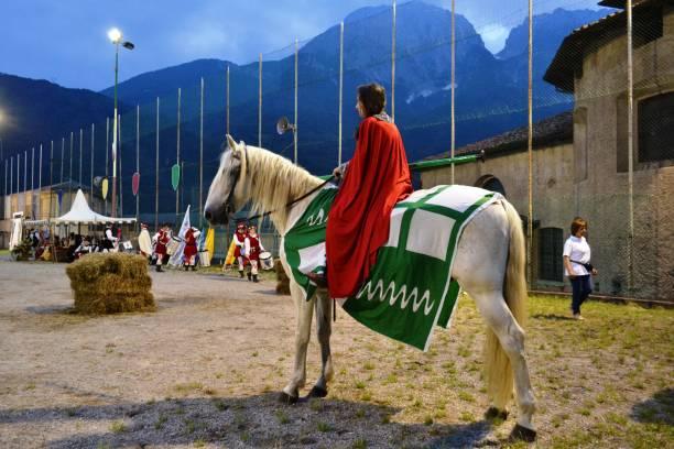 weiblicher rittercharakter bereit für den ringe-wettbewerb während des mittelalterfestes. - toga kostüm stock-fotos und bilder