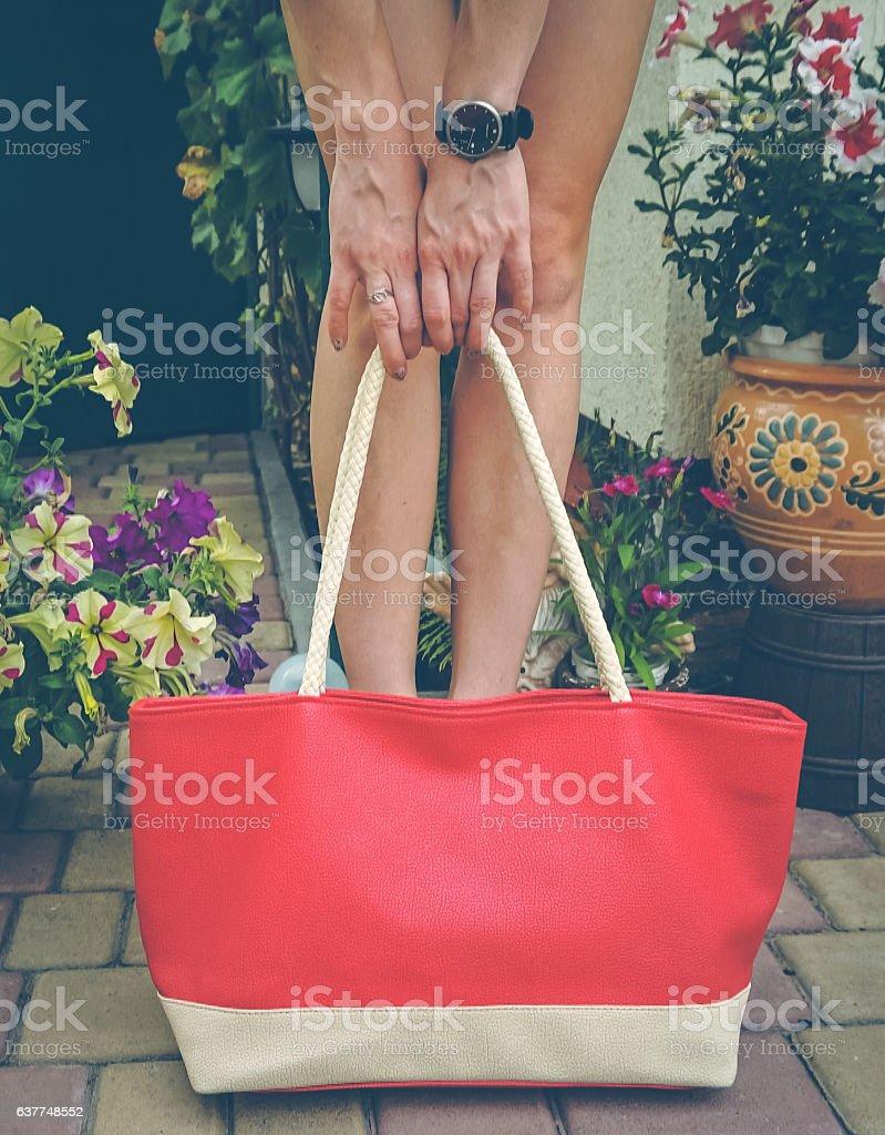 Female legs and red bag - foto de acervo