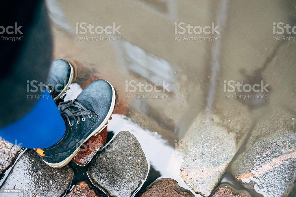 Female legs in boots on cobblestone – Foto