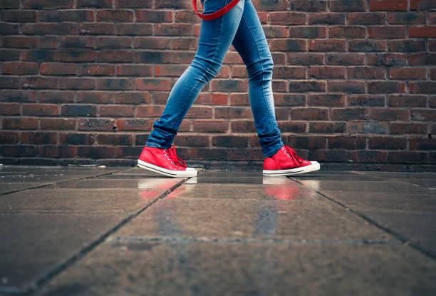 weibliche beine im regen - schuhe auf englisch stock-fotos und bilder