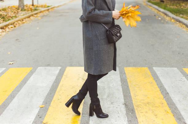 weibliche beine auf dem fußgängerüberweg. - schwarze hohe schuhe stock-fotos und bilder