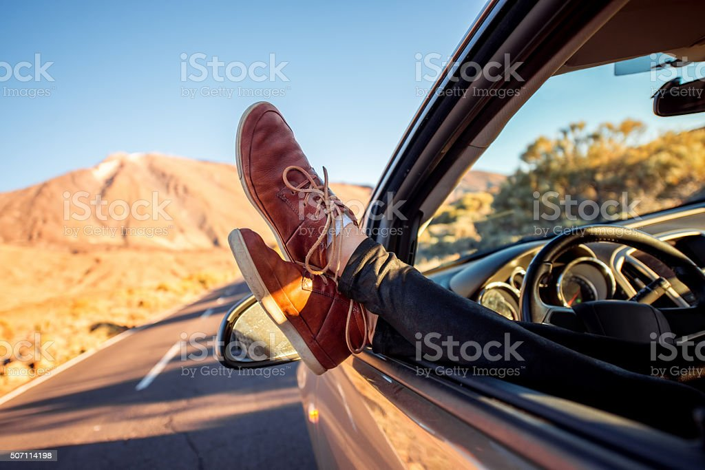 Женщины ноги на Автомобильная дверь стоковое фото