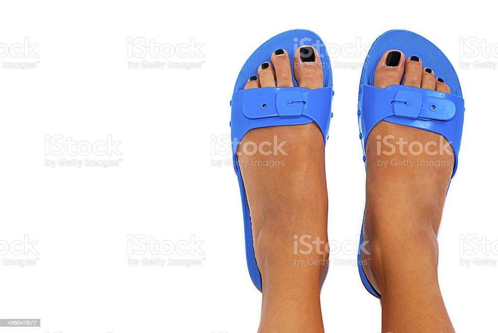 Weibliche Beine mit blau-Sandalen. – Foto