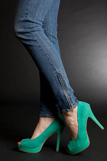 weibliche beine mit high heels - damen hosen größe 27 stock-fotos und bilder