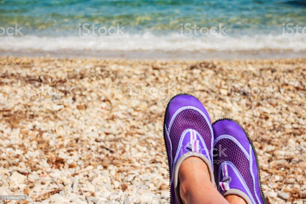 Mujer Piernas Con Zapatos De Neopreno Para La Natación