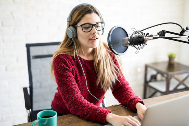 female live on online radio - talk in a radio foto e immagini stock