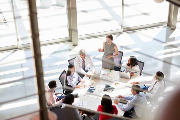 gestionnaire de femme lors d'une réunion, à partir d'escaliers - mise au point sélective photos et images de collection